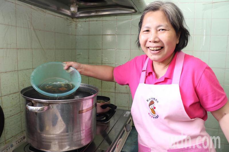 林碧桂熬煮大鍋咸豐草,讓產婦擦身體以祛風活血除濕氣。記者施鴻基/攝影