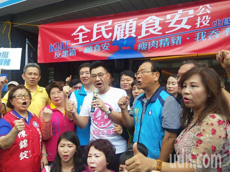國民黨主席江啟臣(右三)質疑,蔡英文用一紙行政命令就通過萊豬進口,通通她說的算,「這已經不是一黨獨大,已經是一人獨裁」。記者江婉儀/攝影