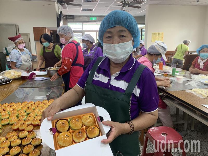 台南市新化區北勢社區婆婆媽媽總動員,製作3000顆蛋黃酥送弱勢。記者吳淑玲/攝影