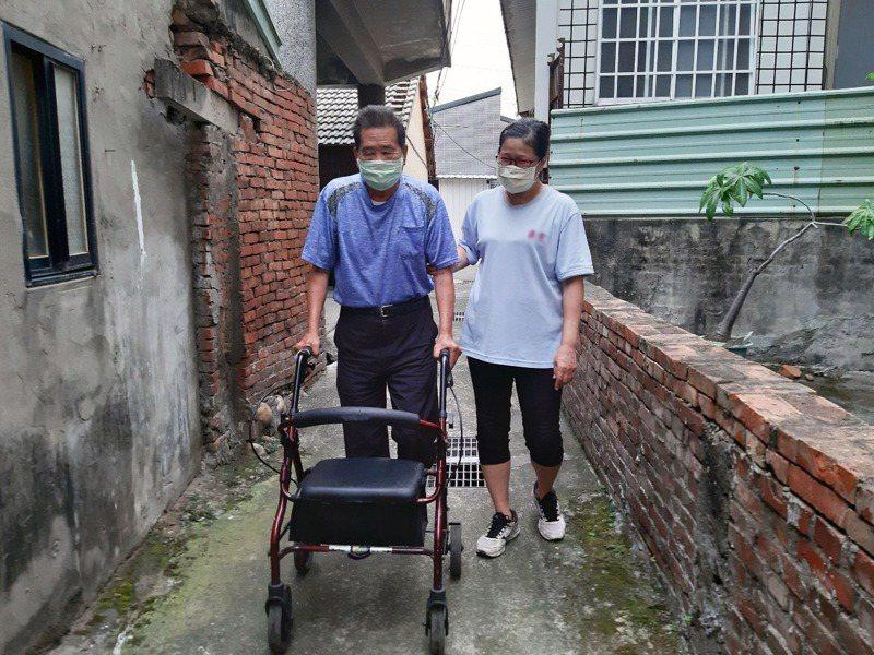 80歲王姓阿公(左)經衛生局照顧管理專員到府評估後使用「帶輪助步車」輔具,又可以到鄰居家串門子了。圖/台中市衛生局提供