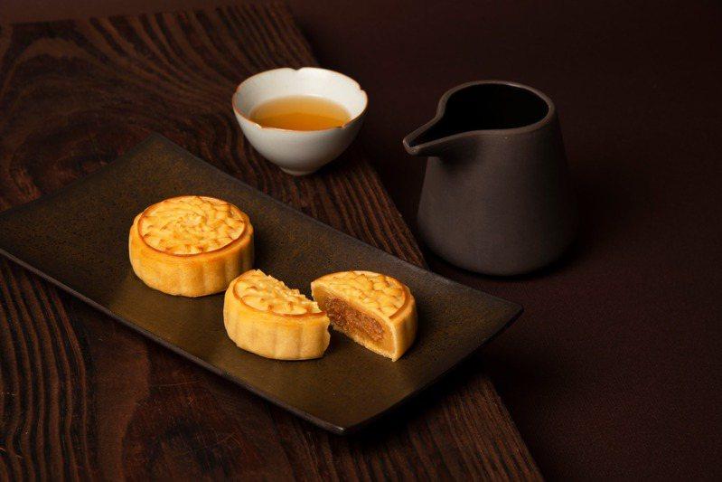 微熱山丘配合中秋節推出「鳳梨奶黃月餅禮盒」傳達親友間關懷。圖/微熱山丘提供