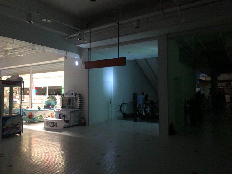 花蓮吉安鄉新天堂樂園今天中午短暫停電3、5分鐘,賣場陷入黑暗,僅從天井透光。圖/民眾提供