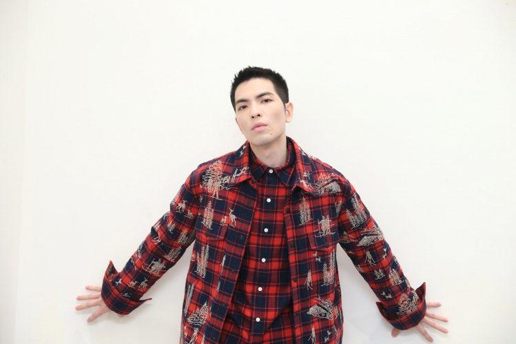 蕭敬騰身穿Acosta施華洛世奇水晶貼飾法蘭絨格紋襯衫外套44萬2,700元。圖...