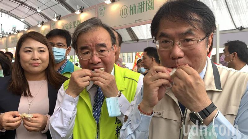 台南市長黃偉哲(右一)和農糧署長胡忠一(右二)品嘗麻豆文旦。記者吳淑玲/攝影