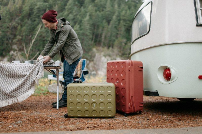 行李箱品牌搶搭即將到來的百貨周年慶活動,紛紛推出新款或是大打折扣戰,讓消費者買到最超值的價格。圖/LOJEL提供