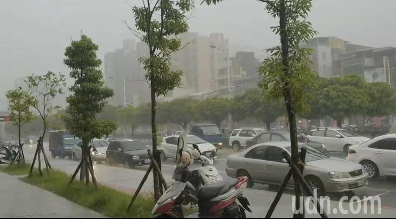 基隆午後雷聲大作轟隆隆響不停,雨勢大又急路積水。記者游明煌/攝影
