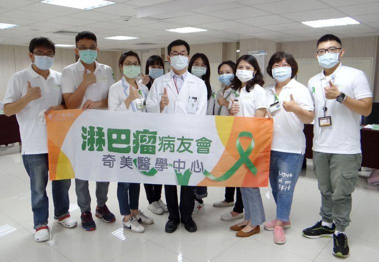 淋巴癌初期症狀不明顯無法篩檢,血液腫瘤科主治醫師吳鴻昌(前中)呼籲高危險群留意。...