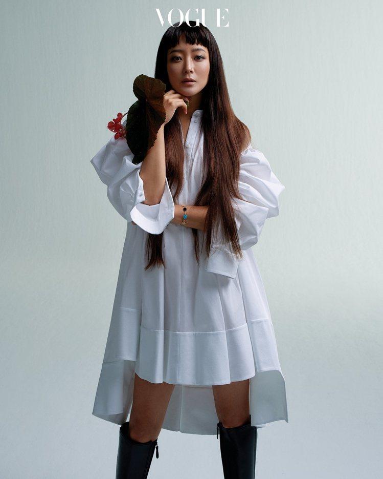 金喜善穿上Alexander McQUEEN拍攝韓國版VOGUE內頁。圖/取自v...