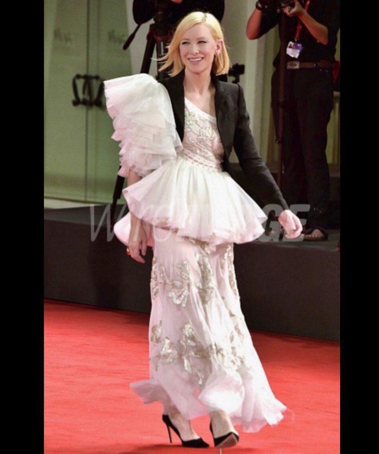 凱特布蘭琪在威尼斯影展穿Alexander McQUEEN白色不對稱連身裙、黑色...