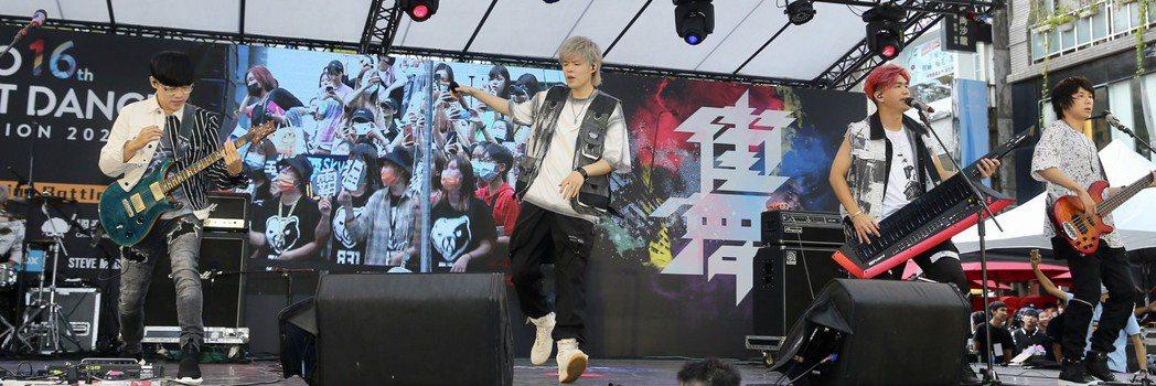八三夭擔任「2020捷運盃街舞大賽」活動大使,今天為決賽開場表演。記者林伯東/攝...