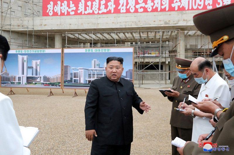 北韓官媒7月19日釋出國家領導人金正恩視導平壤綜合醫院施工現場影像。路透