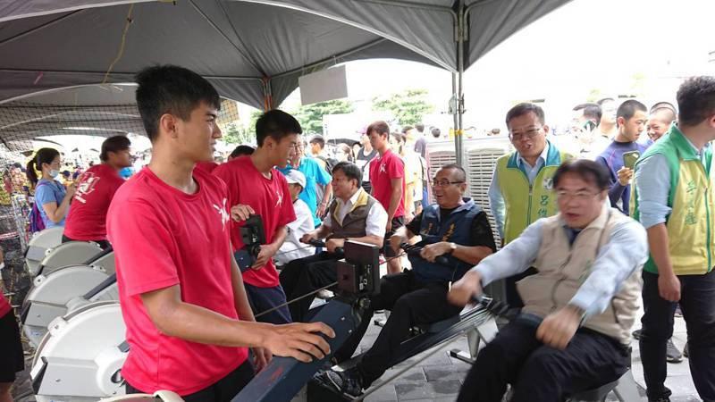 台南市長黃偉哲體驗划船,也感受到運動選手的辛苦。記者鄭惠仁/攝影
