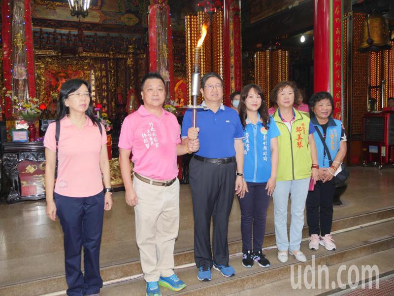 縣長楊文科上午前往竹北天后宮為全縣運動會祈福,並點燃聖火進行傳遞。記者巫鴻瑋/攝影