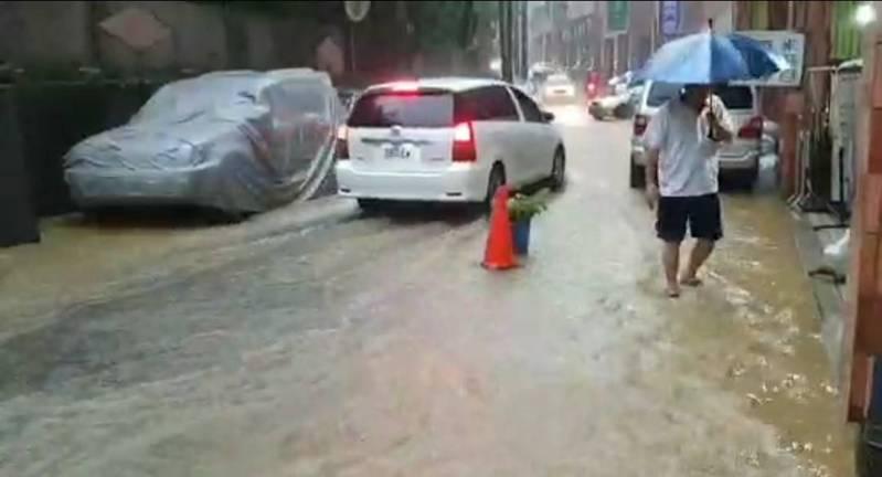 基隆4小時雷雨破百毫米,多處道路淹水半輪胎淹騎樓。記者游明煌/攝影