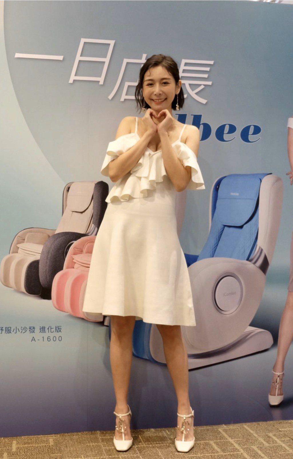 Albee范乙霏(中)出席一日店長活動,現場和粉絲互動,一襲白色洋裝胸部快掉出來