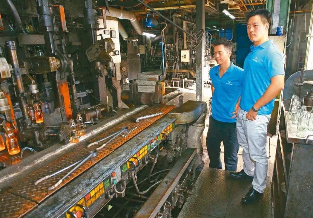 華夏玻璃執行長廖冠傑(左)與副執行長廖唯傑(右),兄弟常常一同視察工廠了解品管。...