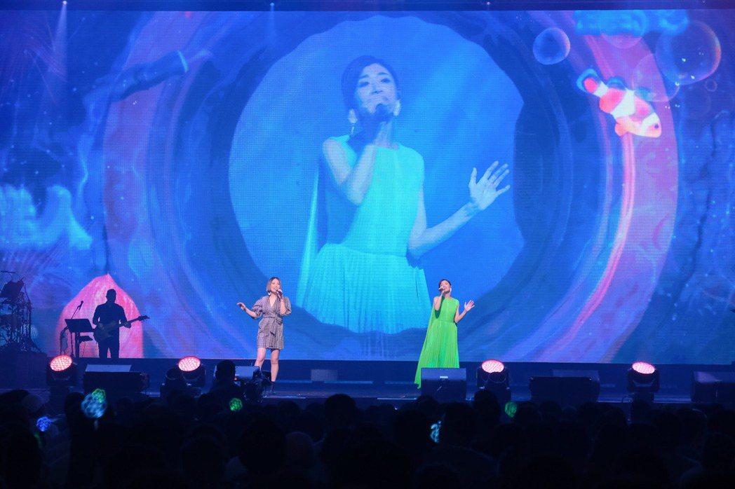 蘇慧倫(右)與魏如萱合唱「寶貝對不起」。圖/相信音樂提供