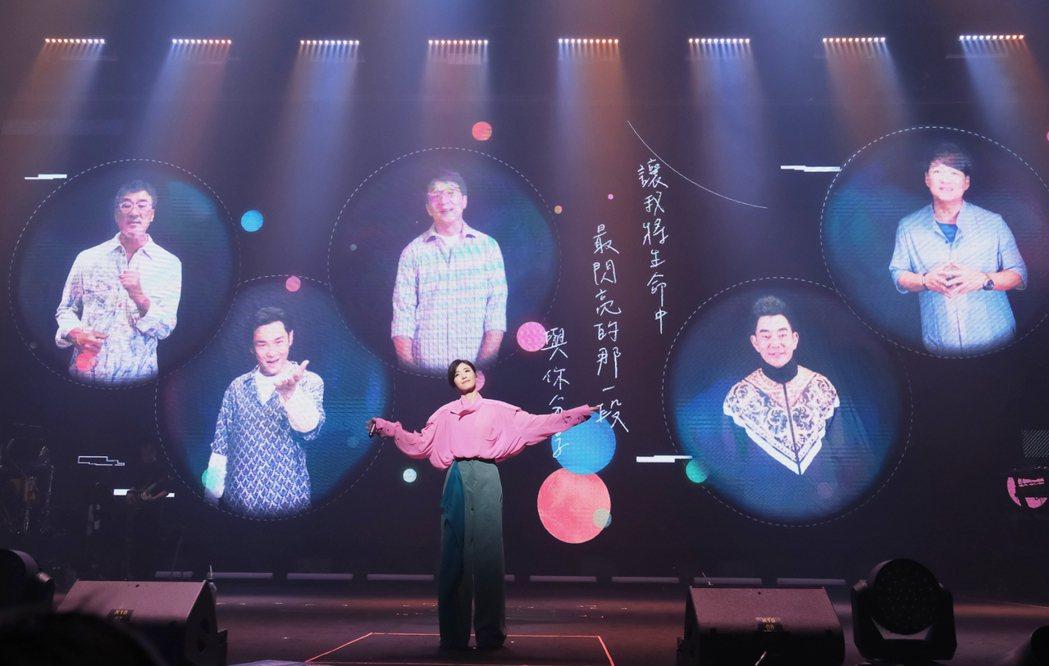 蘇慧倫(中)與成龍、李宗盛、周華健、任賢齊及杜德偉隔空組團合唱。圖/相信音樂提供