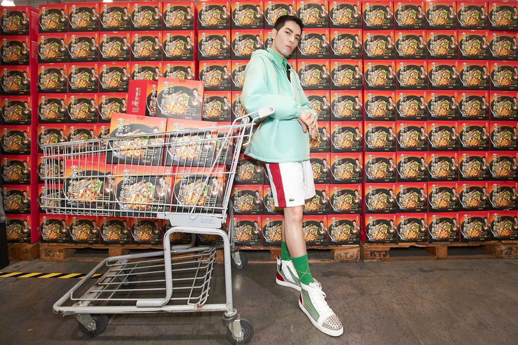 蕭敬騰12日以「蕭總」身分突襲Costco內湖店。圖/華納音樂提供