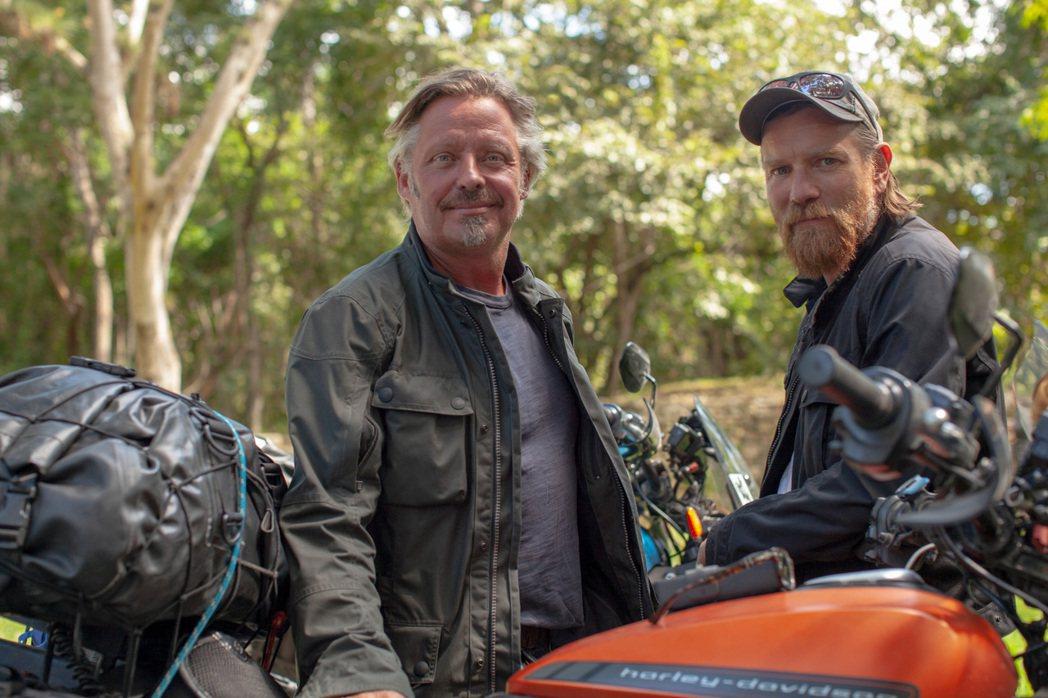 伊旺麥奎格(右)與好友查理布爾曼(左),騎乘電動機車橫越南美洲13個國家,讓他們