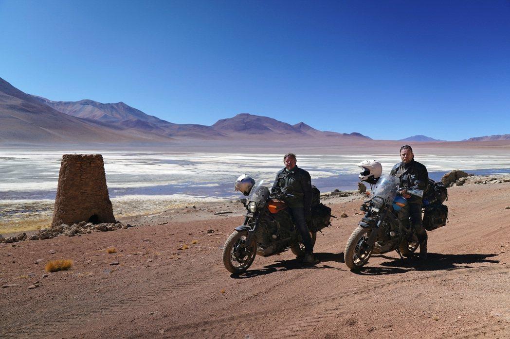 伊旺麥奎格(右)與好友查理布爾曼(左),騎乘電動機車橫越南美洲13個國家,遇到窮...