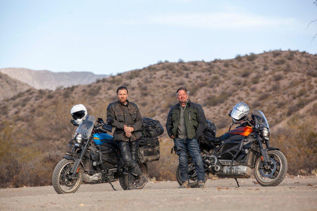 伊旺麥奎格(左)與好友查理布爾曼(右)歷時超過100天,騎乘電動機車橫越南美洲1...