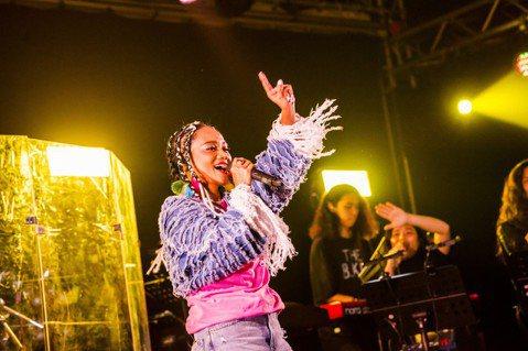 本屆金曲獎憑8項入圍成為大贏家的阿爆,昨晚於Legacy「都市女聲」舞台開唱,演唱會名稱為「嘟,會女聲」,「阿嘟Adju」在排灣語為「姊妹」的意思,阿爆為了買不到票的粉絲,全程直播與粉絲線上同歡,要...