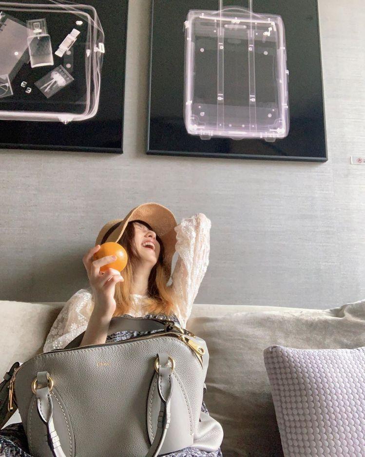 柯佳嬿拎著Chloé Daria想要旅行去,卻在包裡發現一顆橙。圖/取自IG