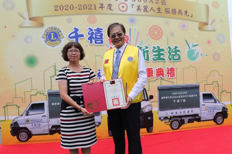 新北市社會局副局長許秀能(左)頒贈感謝狀給千禧獅子會長黃桂芳(右)。圖/社會局提供