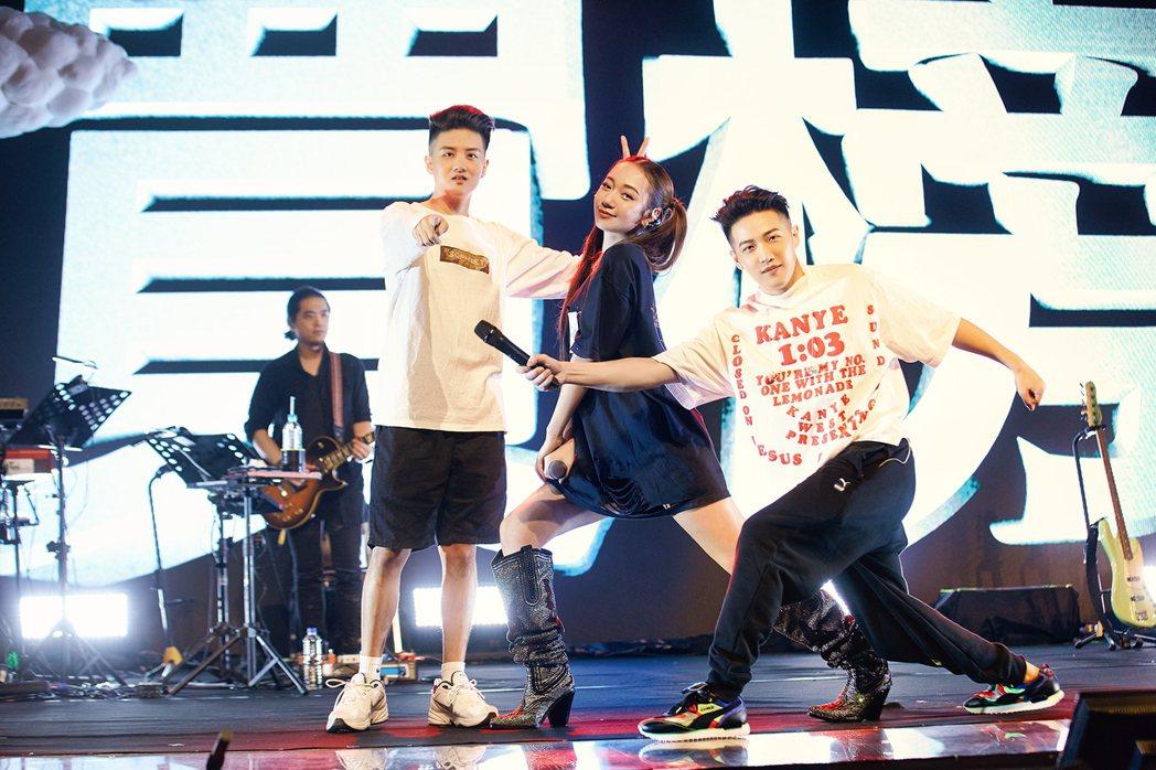 吳卓源(中)開唱展現好人緣,邀好友熊仔(右)和RGRY壓軸獻唱神曲「買榜」。圖/...