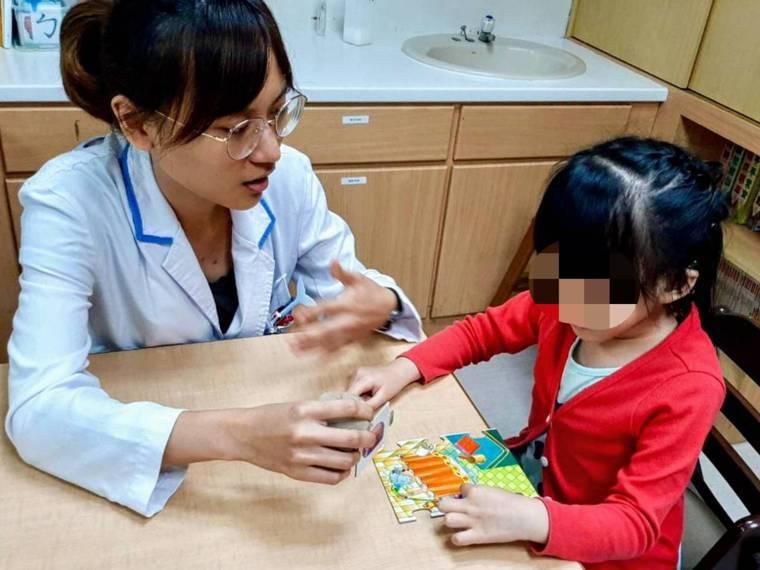 透過遊戲互動,培養孩子的專注力。圖/博愛醫院提供