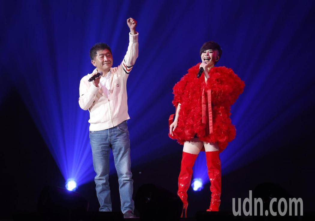台語歌后詹雅雯(右)30周年巡迴演唱會今晚在台北小巨蛋舉辦最終的感恩加場,衛福部