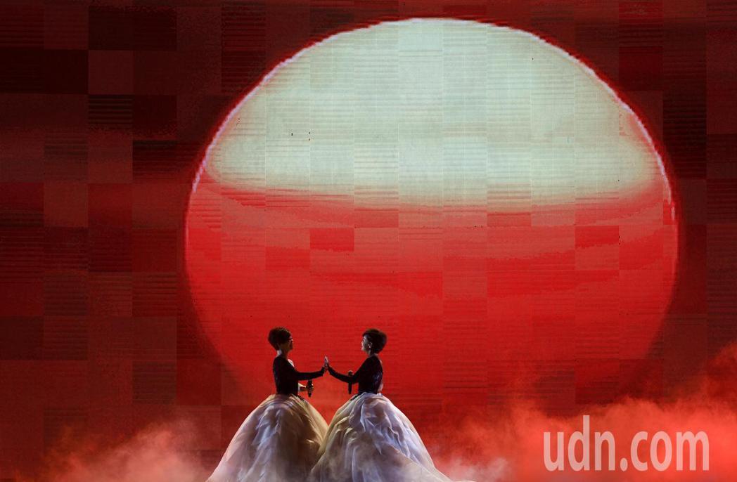 台語歌后詹雅雯(左)30周年巡迴演唱會今晚在台北小巨蛋舉辦最終的感恩加場,與妹妹...