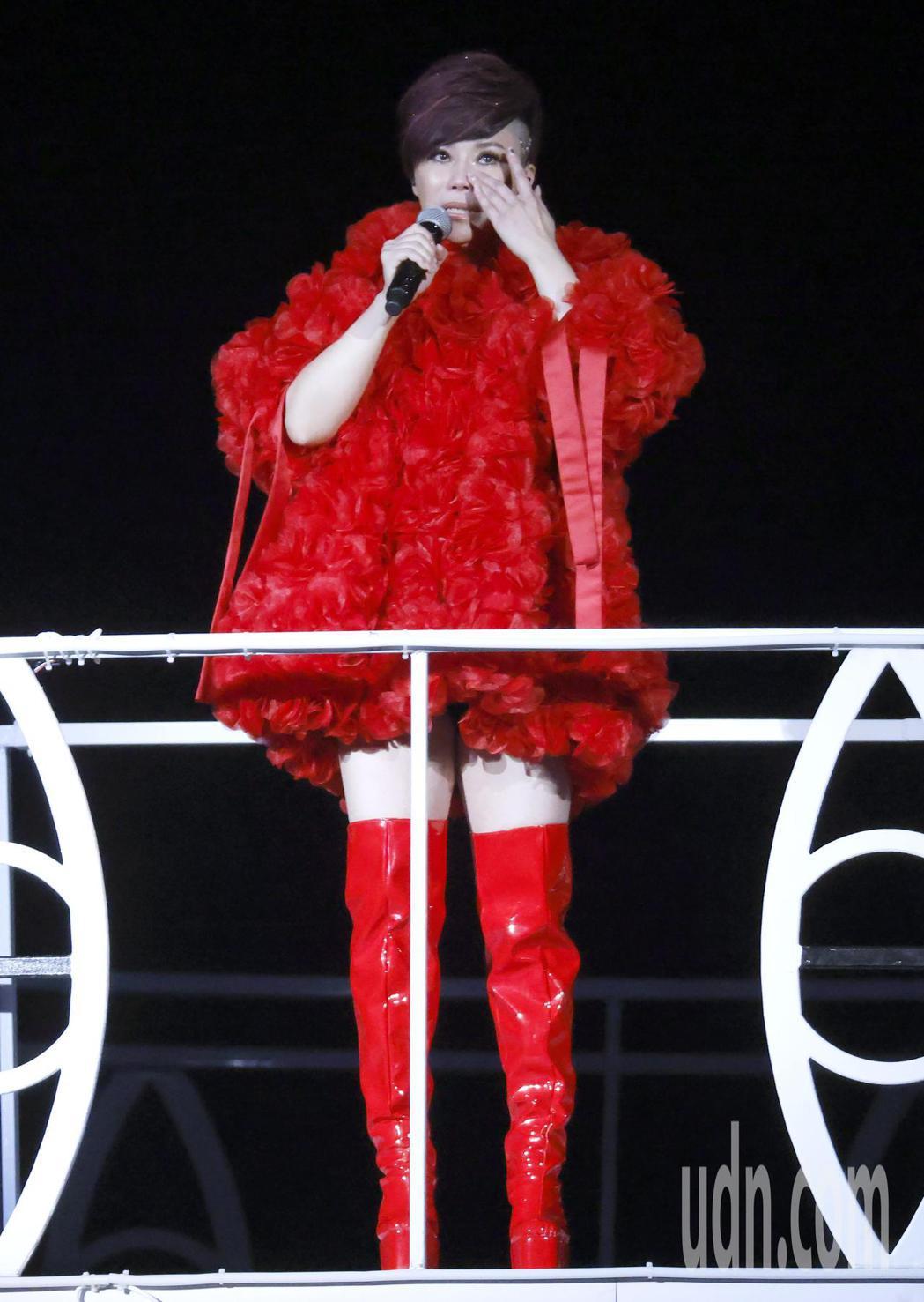 台語歌后詹雅雯30周年巡迴演唱會今晚在台北小巨蛋舉辦最終的感恩加場,一度感動地哽...