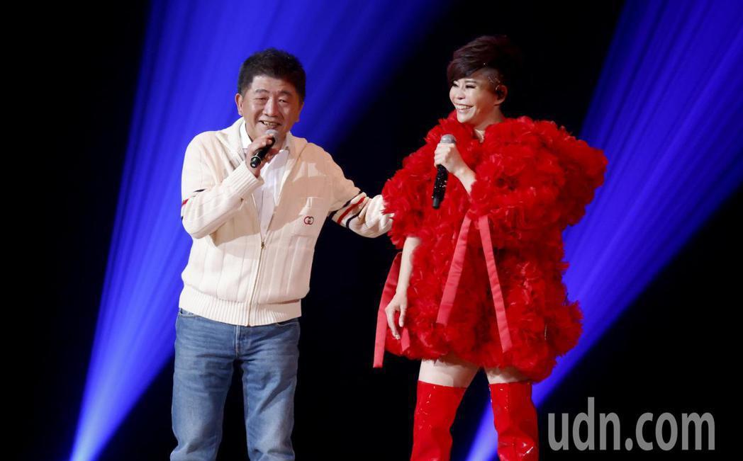 台語歌后詹雅雯(右)30周年巡迴演唱會今晚在台北小巨蛋舉辦最終的感恩加場,衛福部...