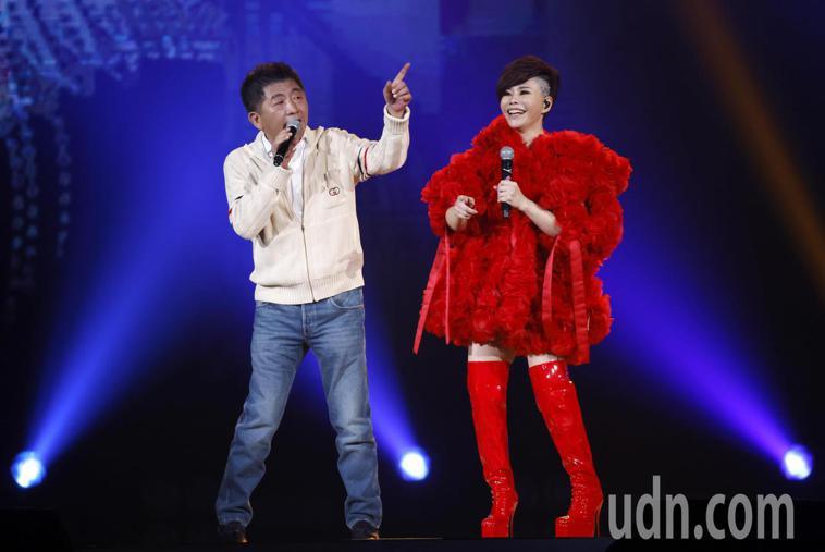 台語歌后詹雅雯(右)在30周年巡迴演唱會上與衛福部長陳時中(左)擔任嘉賓現身演唱...