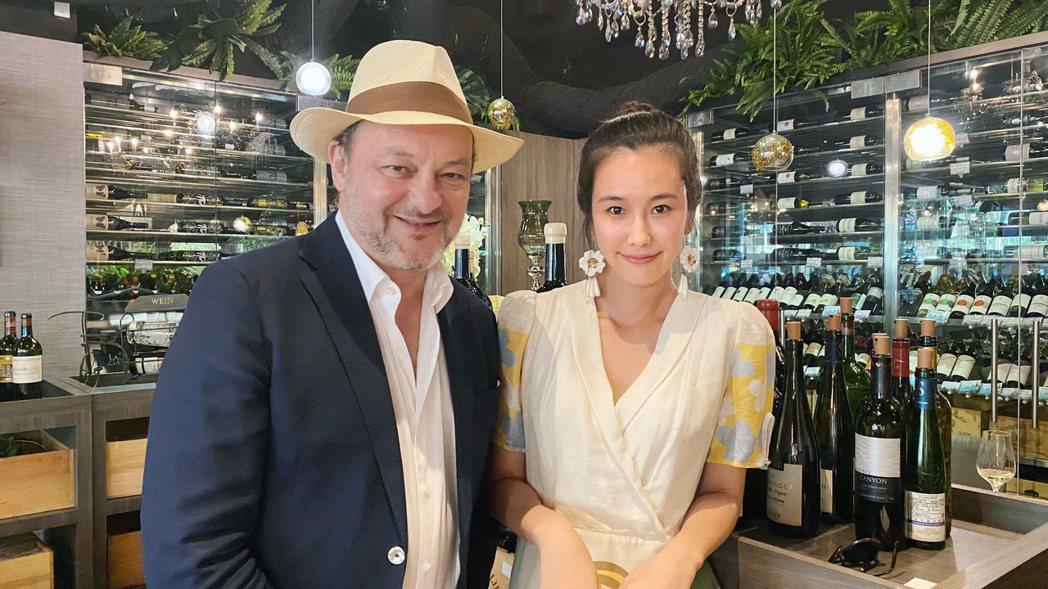 黃心娣(右)邀請台灣法國人協會主席雷多明分享品酒入門。圖/周子娛樂提供