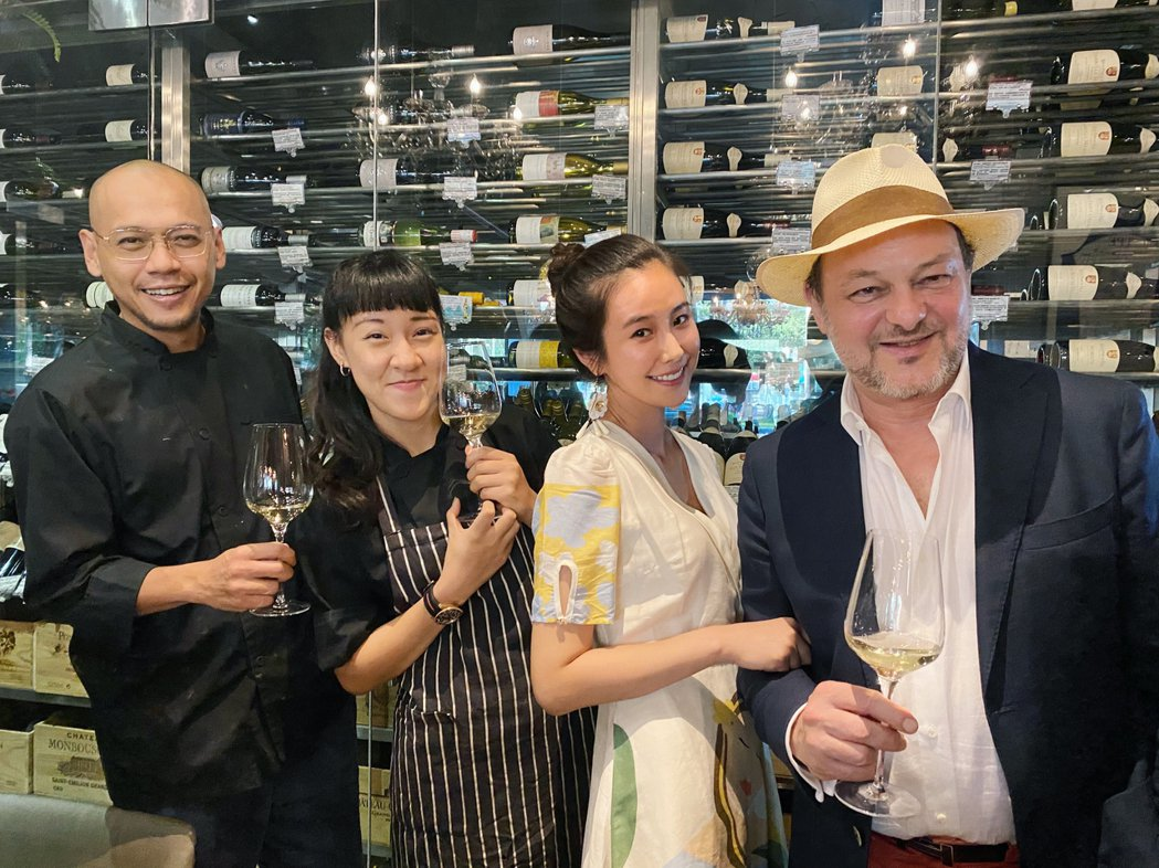 黃心娣(右二)邀請台灣法國人協會主席雷多明(右)分享品酒入門。圖/周子娛樂提供