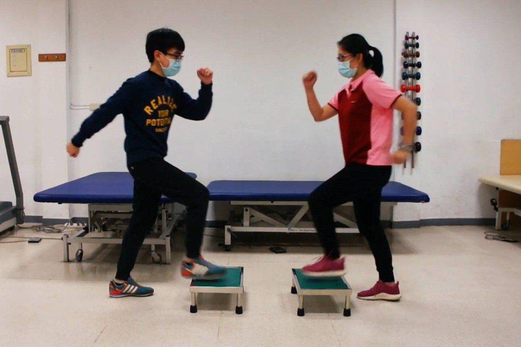 圖為雙人登階運動。圖/衛福部基隆醫院提供