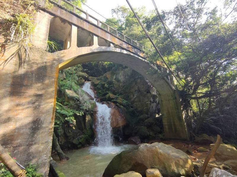 北市搶遊客,陽明湧泉的水源禁地,首次開放旅行團踩線。圖為祕境之一草山水管橋。圖/北水處提供