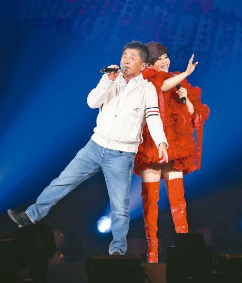 衛福部長陳時中(左)擔任詹雅雯30周年巡迴演唱會加場的嘉賓。圖/聯合報系資料照片
