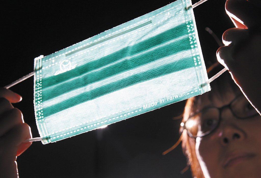 疫情指揮中心指揮官陳時中今天宣布,國產平面醫用口罩雙鋼印標示規定將延後至9月24...