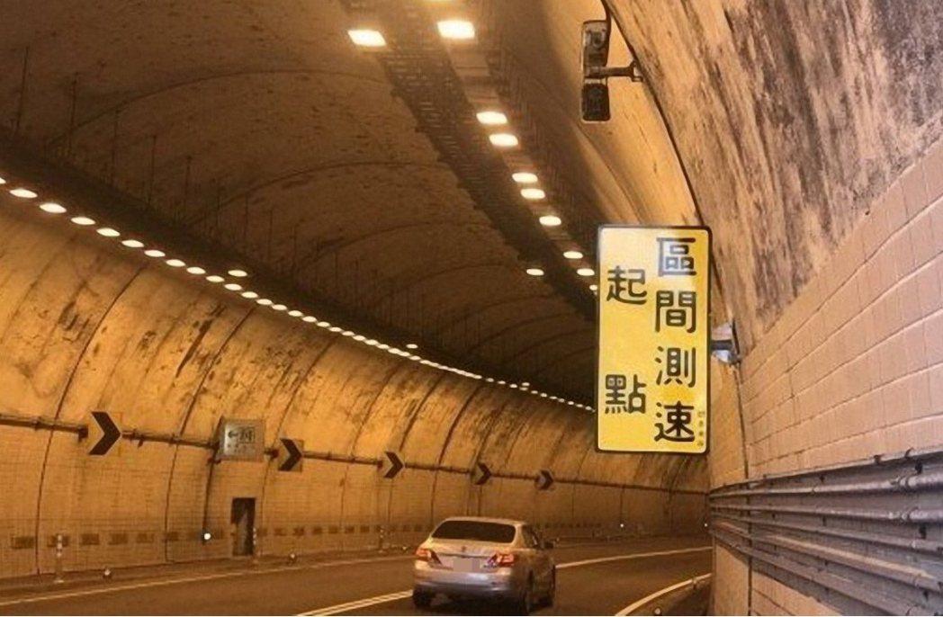 黃牌重機區間測速開50公里被逼車,停下理論慘被罰2萬4。圖/警方提供