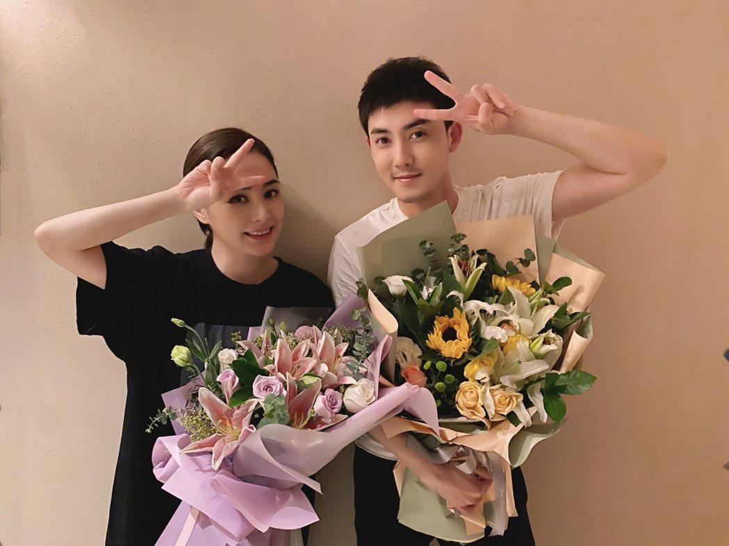 阿嬌(左)與張睿合拍電影殺青。 圖/擷自張睿工作室微博