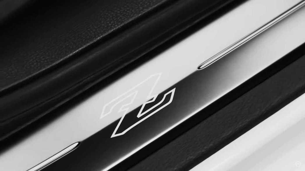 迎賓踏板上新世代Fairlady Z徽飾。 摘自Nissan