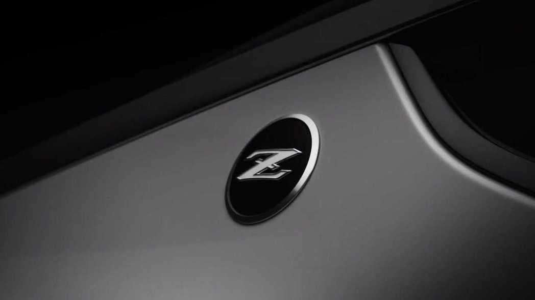 致敬初代240Z的Fairlady Z後葉子板廠徽。 摘自Nissan