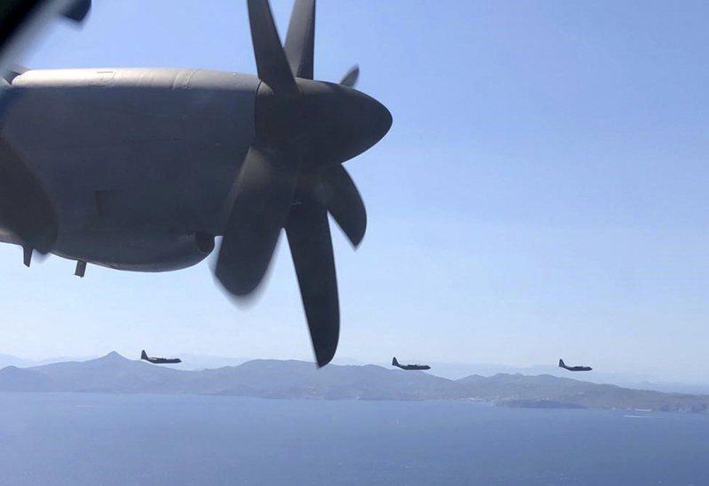 希臘國防部提供的照片中,希臘和美國11日在雅典附近舉行軍事演習。 美聯社