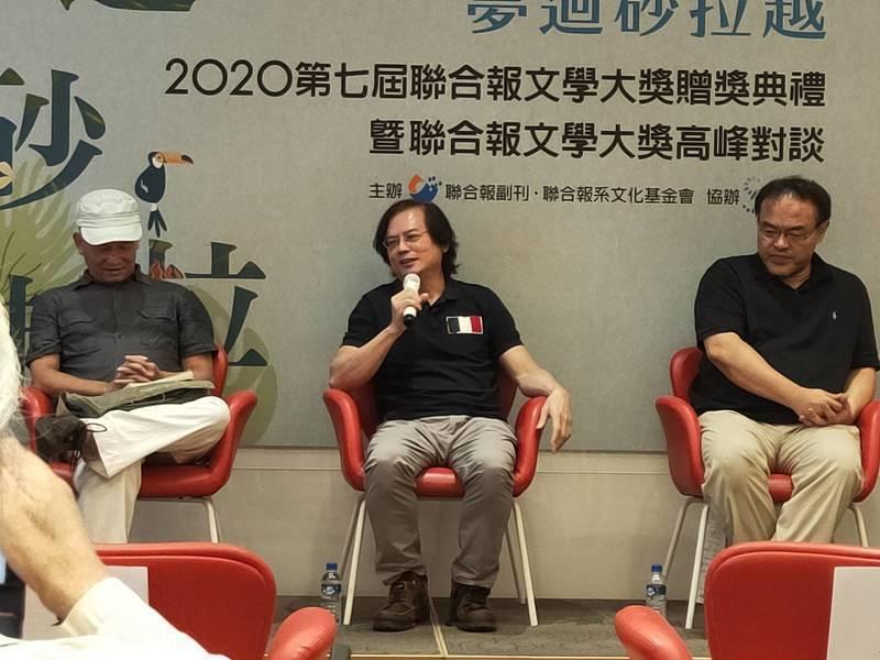 張貴興(中)與作家楊澤、駱以軍(左起)談到《野豬渡河》的創作理念與心路過程。(Photo by 呂翔禾/台灣醒報)