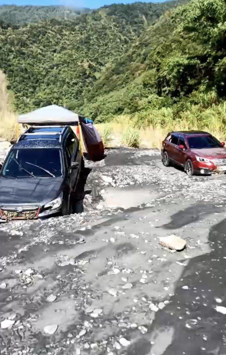武界壩清晨放水,在溪床露營的遊客閃避不及,帳棚和車輛滿目瘡痍。圖/讀者提供