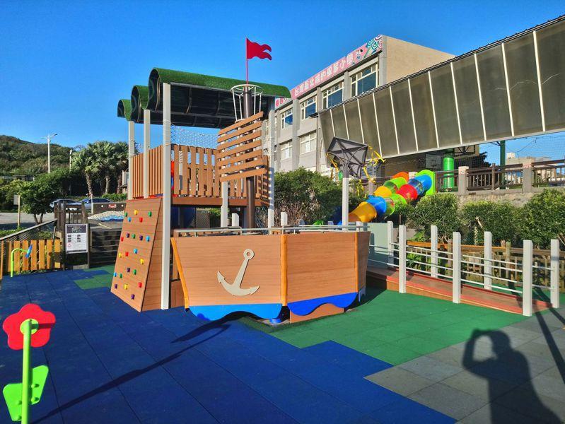 新北市老梅國小結合校本課程,打造風箏與航海船造型的遊戲場。圖/新北市教育局提供